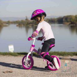 Малко момиче кара колело за баланс с каска Скай от Петралу -Тротнетки.БГ